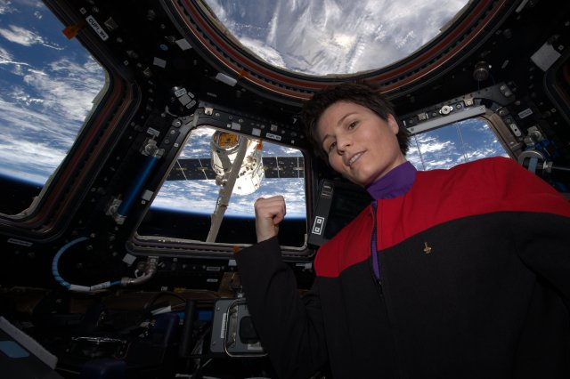 Astronaut Samantha Cristoforetti IZ0UDF points at the Dargon spacecraft she just grappled on April 17, 2015 with the 16m-long ISS robotic arm