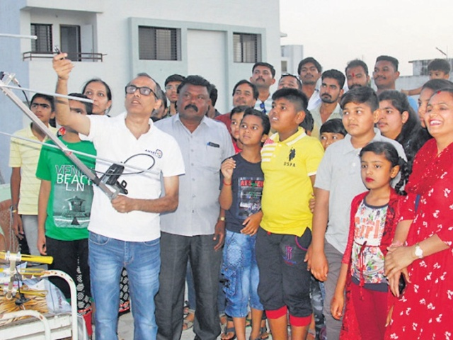 Rajkot students see ISS SSTV - credit Divyabhaskar